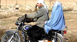 """""""Phụ nữ ngồi dạng chân sau xe máy là không đứng đắn"""""""