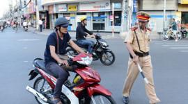 Mỗi tổ tuần tra, chỉ 1 CSGT được dừng xe