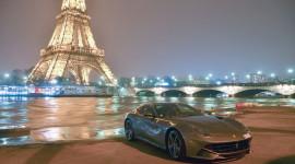 Ferrari F12 Berlinetta khoe vẻ đẹp bên tháp Eiffel