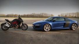 Siêu mô-tô Ducati Diavel đua với siêu xe Audi R8 V10 Plus