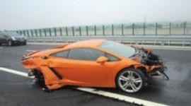 Phóng viên phá nát siêu xe Lamborghini