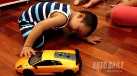 """Bé trai thích xe hơi từ khi """"lọt lòng"""""""
