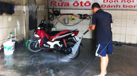 Nên rửa xe máy sau khi đi mưa