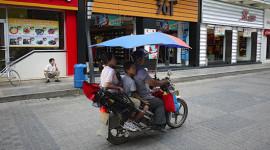 """Tránh nắng, người Trung Quốc """"chế"""" xe máy độc"""