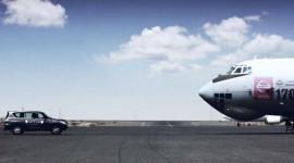 Ôtô kéo máy bay nặng hơn 155 tấn